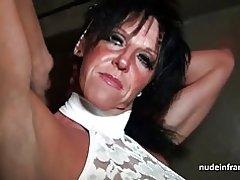 Busty ibu keras menggedor dalam sebuah hubungan seks-toko bawah tanah