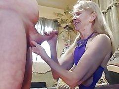 Istri mengisap penisku